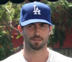 Фронтмен Maroon 5 Адам Левин обручился с 24-летней подругой