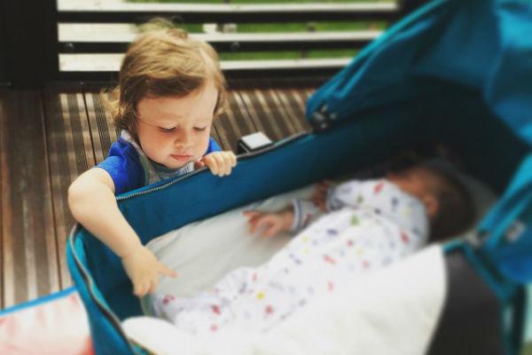 Федя помогает маме заботиться о младшем братике