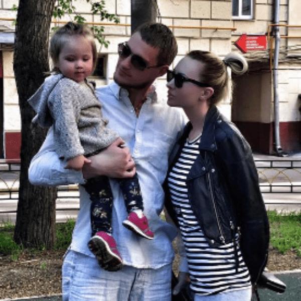 После ухода Александра Элина вынуждена воспитывать дочь одна