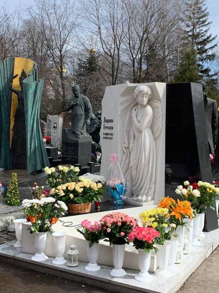 Памятник Людмила Марковны сегодня утопает в цветах