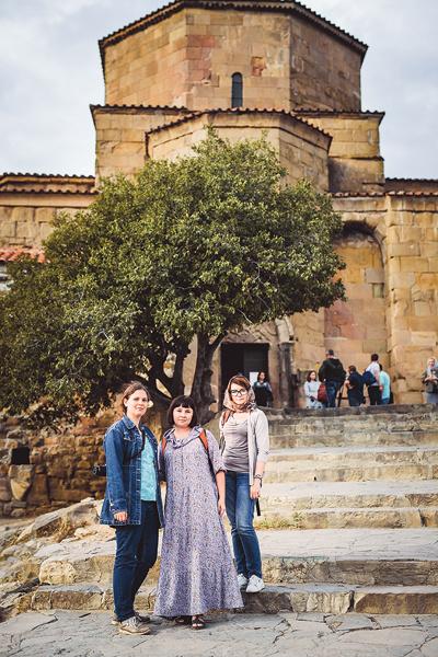 Даша Калинина и две Юли у легендарного монастыря, которым восхищался еще Михаил Лермонтов