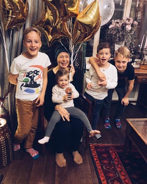 Актриса постоянно общается с детьми и внуками