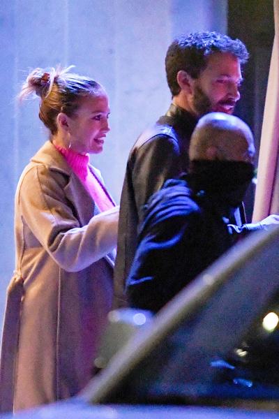 Дженнифер выглядит счастливой рядом с Аффлеком