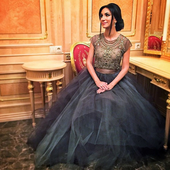 Красавица Зара вышла на сцену в одном из самых любимых своих платьев
