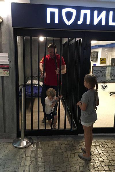 Даниил вызволяет папу из импровизированной тюрьмы