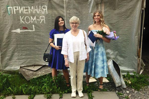 Алиса Бруновна и Аня (справа) после вручения диплома