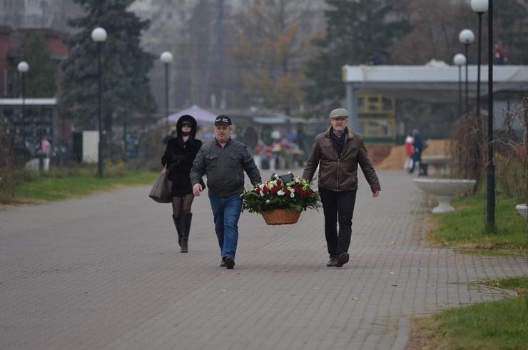 Коллеги несут большие корзины цветов