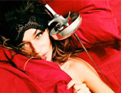 Алена Водонаева спит в обнимку со шпагой