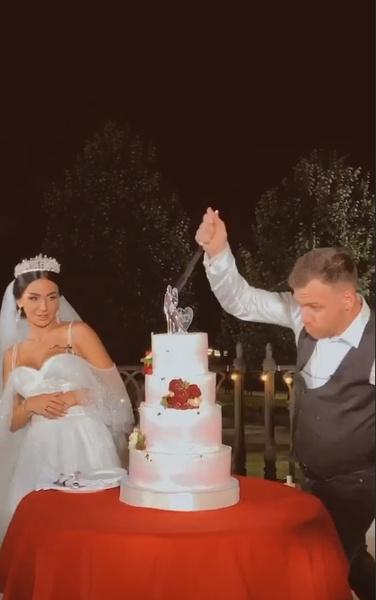 Молодожены разрезали свадебный торт