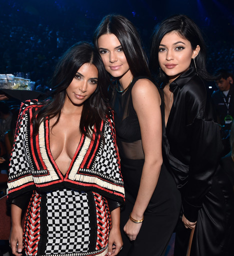 На фоне Кендалл и Кайли Дженнер наряды Ким Кардашьян выглядят откровенными