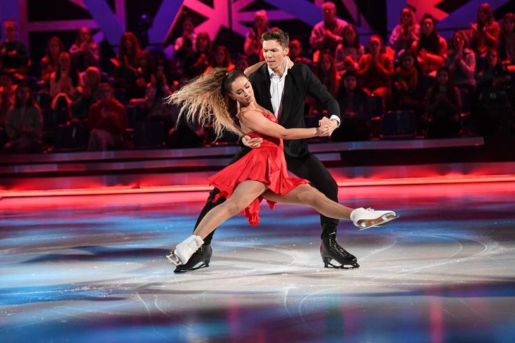 Какие оценки получили за первый танец Дима и Оля — узнаете в эфире Первого канала