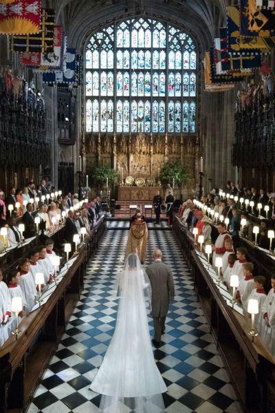 Вопреки традициям, невесту к алтарю вел не отец, а будущий свекор — принц Чарльз