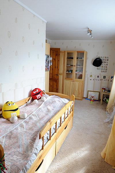 Сын актера следит за порядком в своей комнате
