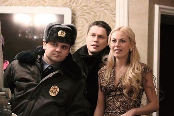 Скакун известна зрителю по ролям в сериалах, кадр из фильма «Чужой район 2»