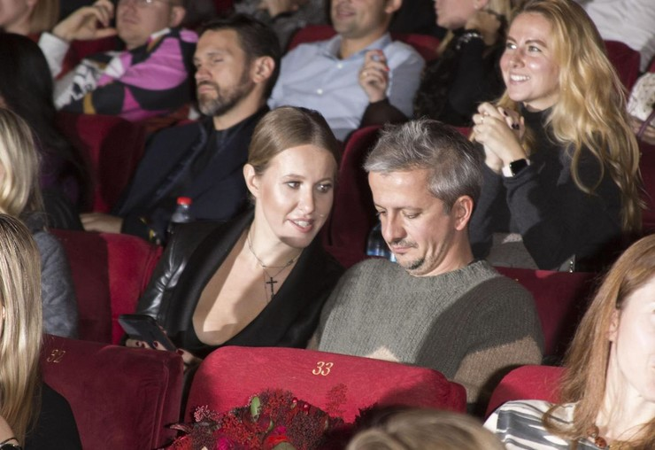 Ксения Собчак поддерживает мужа на премьерах