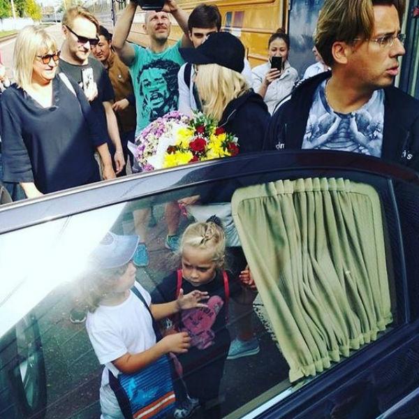 Максим Галкин, Гарри и Лиза садятся в машину