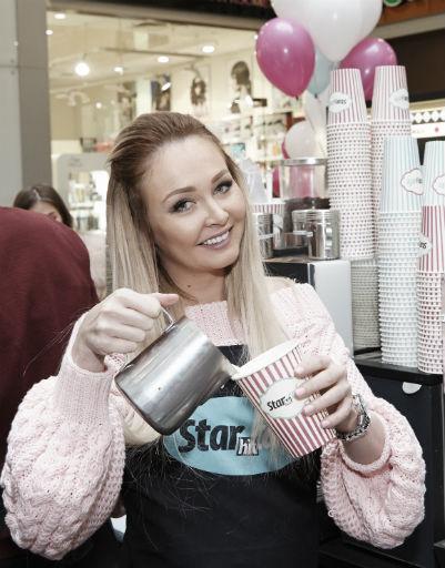 Дарья Пынзарь готовит кофе