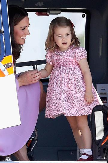 Когда Шарлотта была маленькой, мама выбирала для нее платья одинаковых фасонов