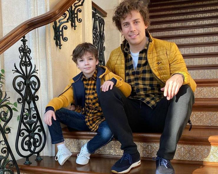 Отец и сын оделись одинаково