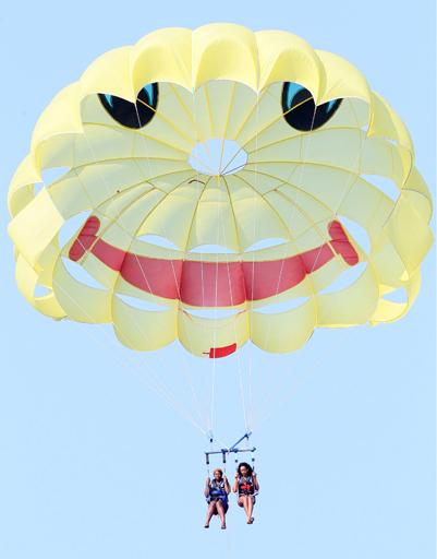 Рианна с подругой поднялись в воздух