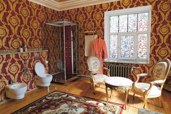 Предметы антиквариата, приобретенные на аукционах, украшают даже туалетную комнату