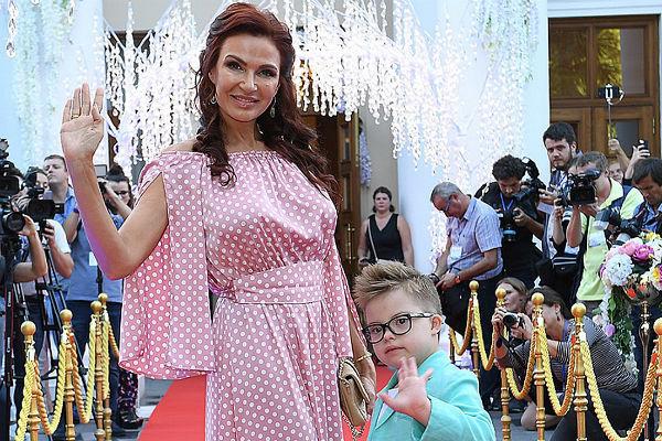 Эвелина Бледанс с сыном на кинофестивале «Евразийский мост»