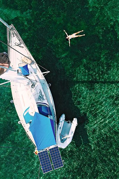 «Яхта — медленный велосипед, 14 км/ч — потолок! К этому было сложно привыкнуть после вождения BMW», — делится Елена