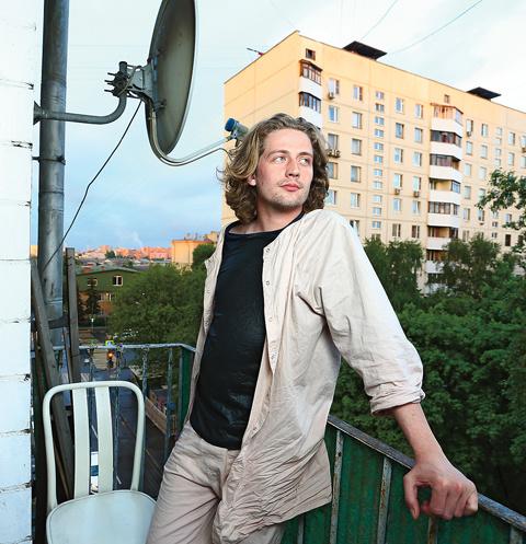 В свободное время звезда НТВ любит кататься на велосипеде, скейтборде или просто посидеть на балконе