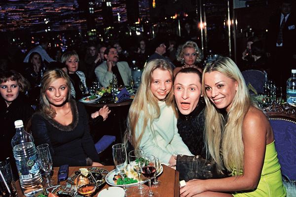 На вечеринке в «Голден Палас» с дочкой Алисой и певцом Шурой, 1999 год