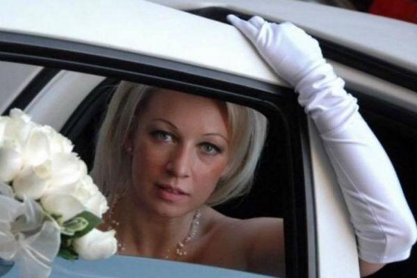 Мария Захарова поделилась редким свадебным снимком
