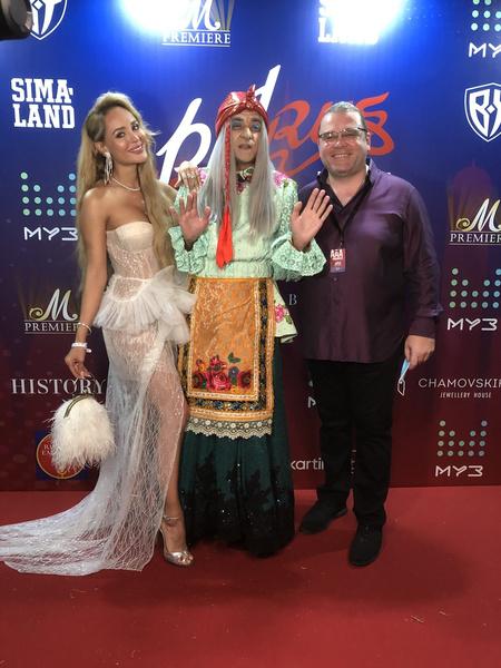 Анна Калашникова с символом PaRusа Бабой Ягой и основателем фестиваля Евгением Морозовым