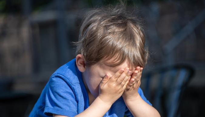 Двухлетний мальчик, об которого отчим тушил сигареты, сбежал из дома