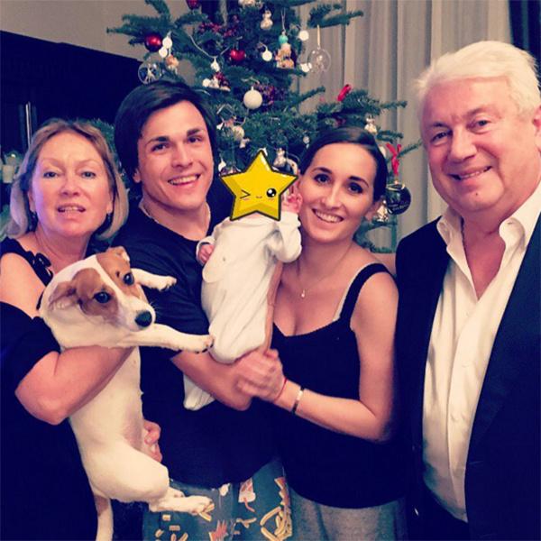 На семейном снимке нашлось место всем, даже собаке – джек-расселу по кличке Марни
