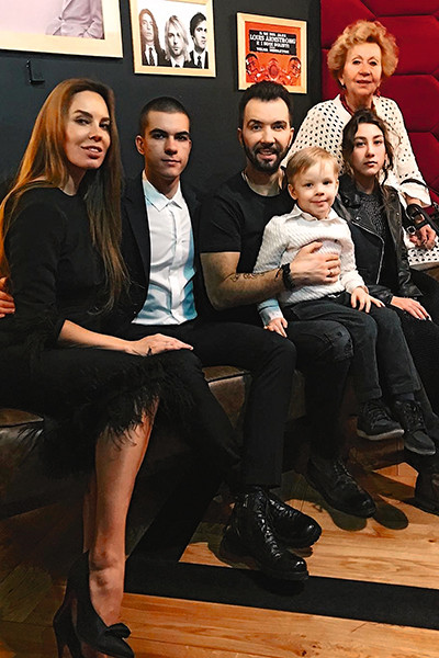 У мальчика большая семья. Слева направо: мама Ирина, брат Тимофей, папа Денис, сестра Эвелина и бабушка Ирина