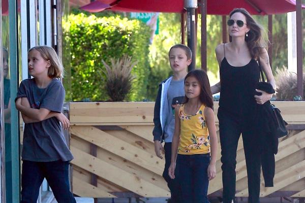 Анджелина Джоли одна воспитывает детей
