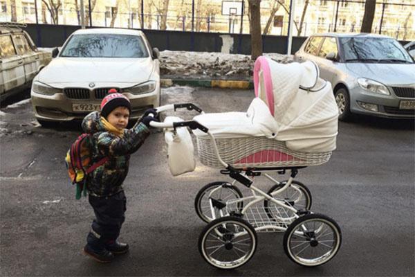 Трехлетний Тимофей с радостью выполняет обязанности старшего брата