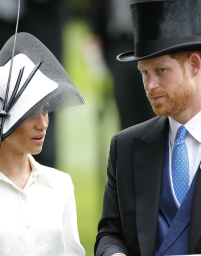 Герцогиня и ее муж и в необычных шляпах умудряются выглядеть стильно
