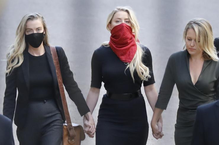 На суд Эмбер пришла в сопровождении адвоката и сестры