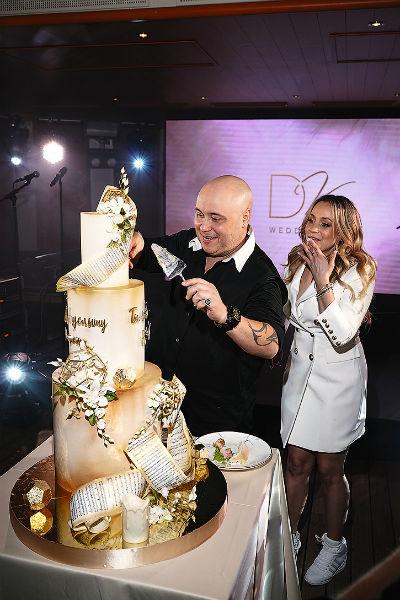 Под занавес праздника вынесли трехъярусный свадебный торт