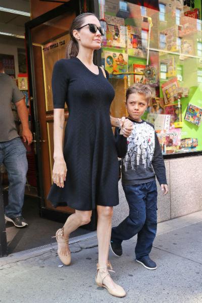 Джоли больше не стесняется носить мини