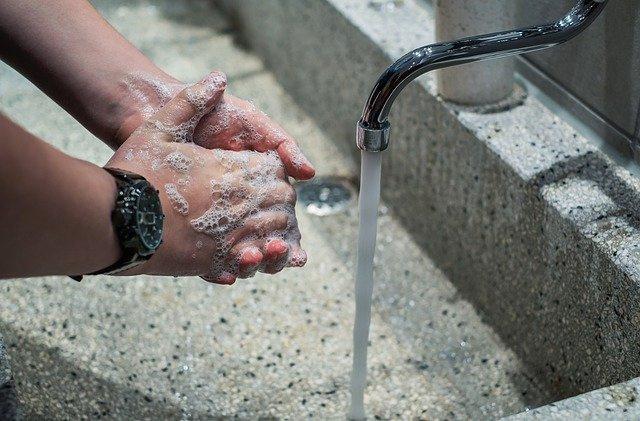 Врачи призывают носить маски и чаще мыть руки