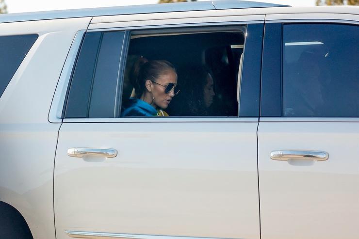 Певица проехала мимо папарацци в той же машине