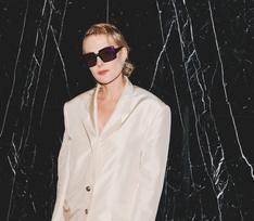 Литвинова в пиджаке на голое тело и Снигирь в рюшах с горохом. Премьера «Красотки на взводе»