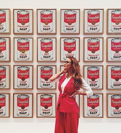 Как можно не сфотографироваться рядом с произведениями Энди Уорхола