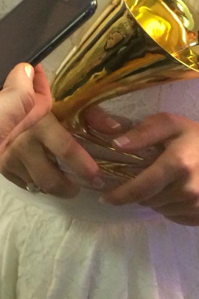 На церемонии певица продемонстрировала кольцо на безымянном пальце