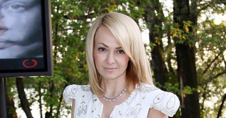 Яна Рудковская вызвала в загородный дом священника