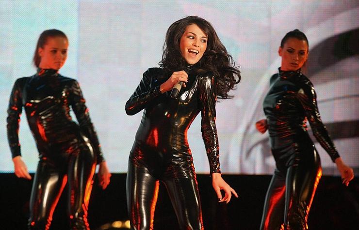 Поначалу артистка продолжала исполнять поп-музыку