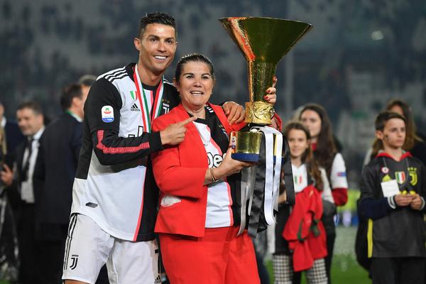 Мама часто поддерживает Криштиану во время матчей