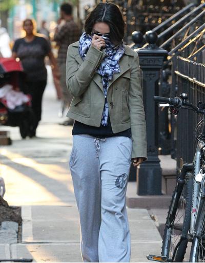 Мила Кунис в Нью-Йорке. Cкрываясь от папарацци девушка отправилась на обед с бойфрендом