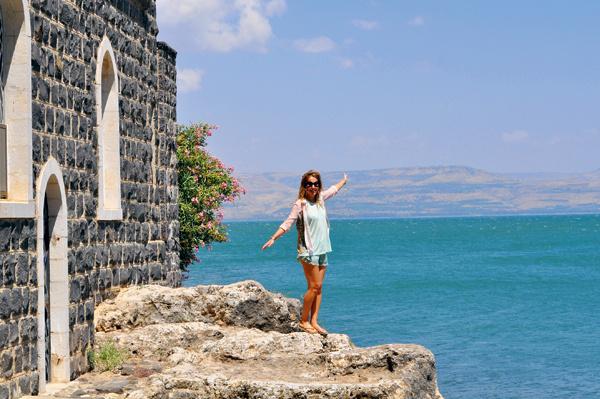 Ксения у Церкви первенства Святого Петра на фоне Галилейского моря